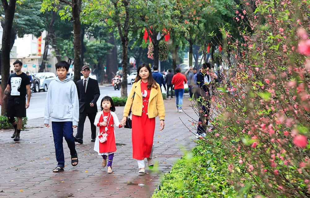 Người dân Hà Nội thích thú dạo phố cảm nhận không khí ngày đầu xuân