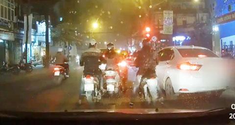 Dàn cảnh va chạm, giật túi phụ nữ nhanh như chớp ở Hà Nội