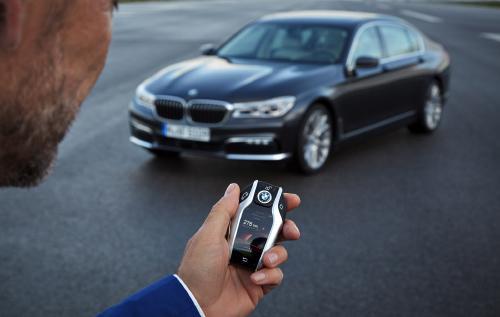 Xem BMW Series 7 2016 tự đỗ chỉ bằng điều khiển chìa khoá